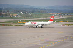 Avion suisse d'avion de ligne sur le macadam Image libre de droits
