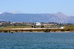 Avion sur l'île de Corfou d'aéroport Photographie stock libre de droits