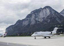 Avion sur l'aéroport de Salzbourg Images stock