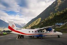 Avion sur l'aéroport de Tenzing-Hillary dans Lukla Image stock