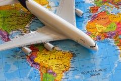 Avion sur la carte du monde Photographie stock libre de droits