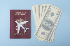 Avion sur la couverture d'un passeport russe Dollars Escroquerie de voyage photo stock