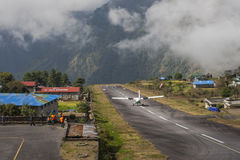Avion sur la piste à l'aéroport de Lukla Photos libres de droits