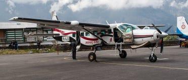 Avion sur la piste à l'aéroport de Lukla Image libre de droits