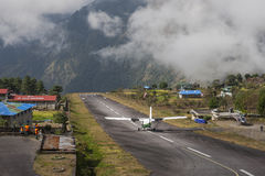 Avion sur la piste à l'aéroport de Lukla Photo stock