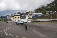 Avion sur la piste à l'aéroport de Lukla Photos stock