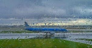 Avion sur la piste Photo stock