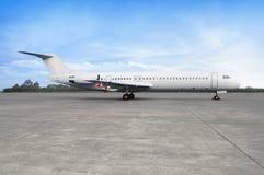 Avion sur la piste dans l'aéroport Images stock