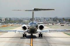Avion sur la piste de roulement Photos libres de droits