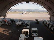 Avion sur la piste et le hangar Image libre de droits