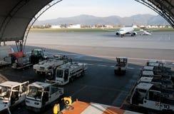 Avion sur la piste et le hangar Images stock