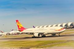 Avion sur la piste qui préparent au décollage chez Suvarnabhum Photographie stock