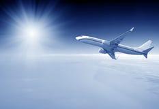 Avion sur le ciel bleu Images libres de droits