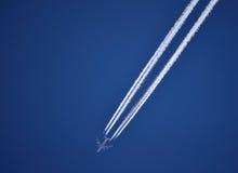 Avion sur le ciel bleu intense photographie stock libre de droits
