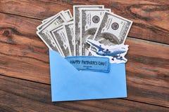 Avion sur le papier et l'argent Photos stock