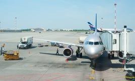 Avion sur le terminal d'aéroport Photos libres de droits