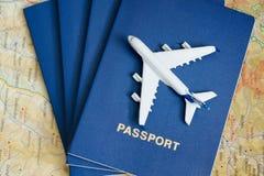 Avion sur les passeports Fin vers le haut images stock