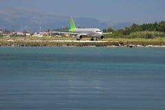 Avion sur un bord de la mer Photos libres de droits