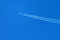 Avion sur un ciel bleu Photos stock
