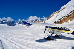 Avion sur un glacier images libres de droits