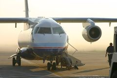 Avion tirant dans la porte Photographie stock