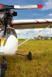 Avion ultra-léger de poids sur un champ d'herbe image libre de droits