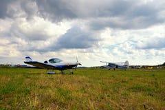 Avion ultra-léger de poids sur un champ d'herbe Photographie stock