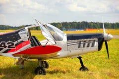 Avion ultra-léger de poids sur un champ d'herbe Photos libres de droits