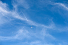 Avion volant au concept de lune sur le ciel bleu photographie stock