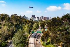 Avion volant au-dessus de l'itinéraire 163 d'état à San Diego photographie stock libre de droits