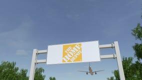 Avion volant au-dessus du panneau d'affichage de publicité avec le logo de Home Depot 3D éditorial rendant l'agrafe 4K banque de vidéos