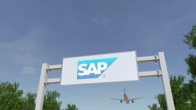 Avion volant au-dessus du panneau d'affichage de publicité avec le logo de Se de SAP Rendu 3D éditorial Photo libre de droits