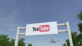 Avion volant au-dessus du panneau d'affichage de publicité avec le logo de YouTube Rendu 3D éditorial Images stock