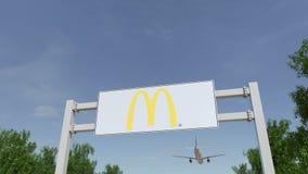 Avion volant au-dessus du panneau d'affichage de publicité avec le logo du ` s de McDonald Rendu 3D éditorial Photo stock