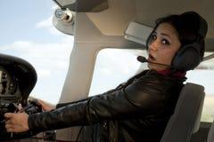 Avion volant effrayé par femme Image stock
