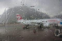 Avion vu par le hublot humide Photo stock