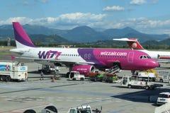 Aviones Airbus A320 de Wizzair Imagen de archivo