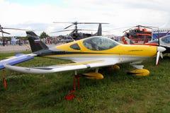 Aviones amarillos de la compañía checa BRM aero- Bristell en Fotografía de archivo