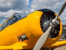 Aviones amarillos del propulsor del vintage Fotos de archivo