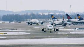 Aviones austríacos de Star Alliance que se mueven en el aeropuerto de Munich, MUC almacen de video