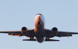 Aviones blancos en el fondo del cielo azul imagenes de archivo