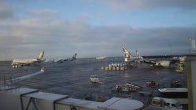 Aviones comerciales en aeropuerto ocupado fotos de archivo