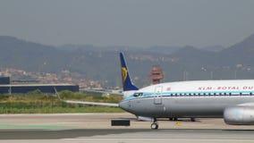 Aviones comerciales en la pista almacen de metraje de vídeo