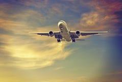 Aviones comerciales grandes que llegan Fotos de archivo