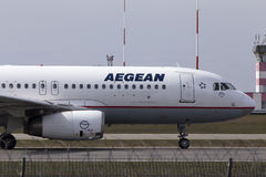 Aviones de Aegean Airlines Airbus A320-200 que corren en la pista Imágenes de archivo libres de regalías