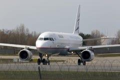 Aviones de Aegean Airlines Airbus A320-200 que corren en la pista Imagen de archivo