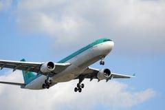 Aviones de Aer Lingus en acercamiento final al aeropuerto internacional de las liebres del ` de O Imagenes de archivo