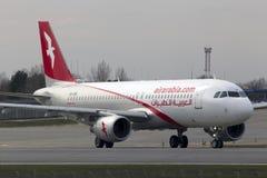 Aviones de Air Arabia Airbus A320-200 que corren en la pista Imagenes de archivo
