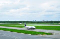 Aviones de Airbus A320-214 de las líneas aéreas de Aeroflot en el aeropuerto internacional de Pulkovo en St Petersburg, Rusia Foto de archivo libre de regalías