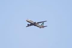 Aviones de Airbus 320 del vuelo, vuelo nacional de Alitalia Imágenes de archivo libres de regalías